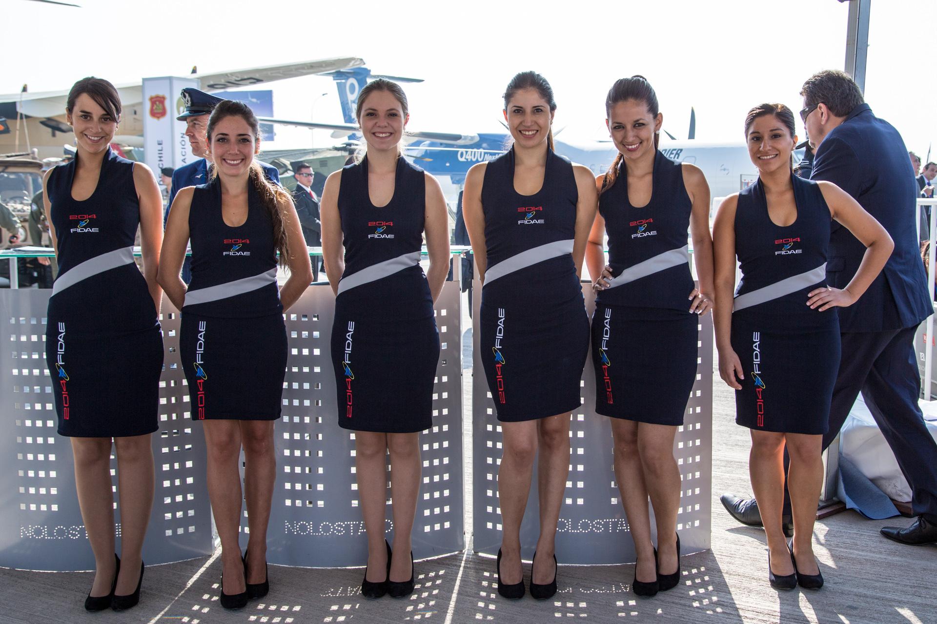 La hermosa tripulación de chicas en FIDAE 2014