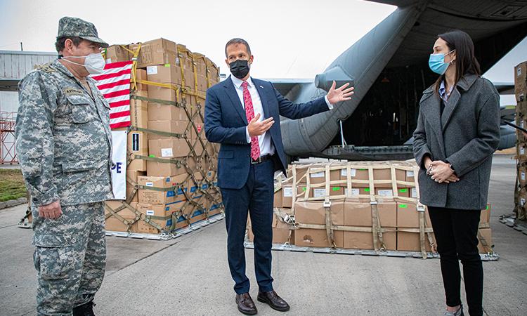 Hércules C-130 de EE.UU. trajo a Chile donación de 87 mil elementos de protección personal para ayudar a enfrentar el Covid